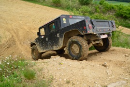 Hummer Fahrt auf steilem Gelände